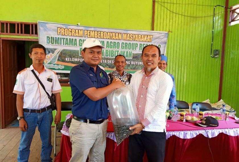 Area Controller PT WNL Didik Pristiyono saat menyerahkan secara simbolis bantuan bibit ikan kepada warga Desa Rubung Buyung Kamis (22/8/2019).
