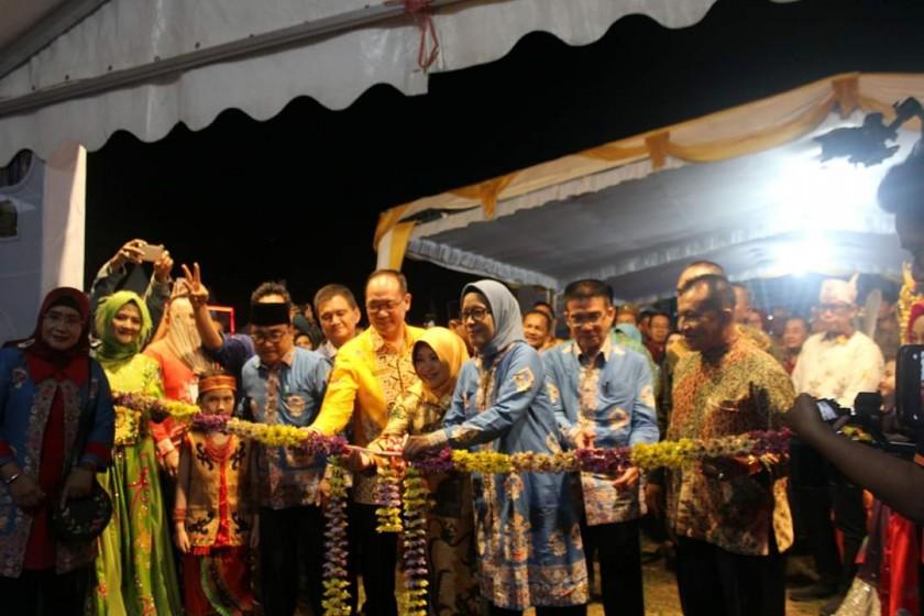 Sekda Kota Palangka Raya, Hera Nugrahayu, didampingi sejumlah pejabat saat membuka secara resmi Palangka Raya Fair di Stadion Sanaman Mantikei, Sabtu  (24/8/2019) malam.