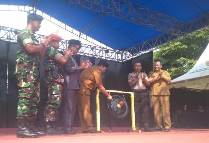 Wabup Kobar Ahmadi Riansyah saat memukul gong tanda dibuka resminya Festival Marunting Batu Aji Senin (26/8/2019).