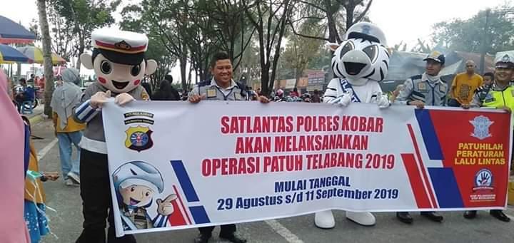 Anggota Satlantas Polres Kobar saat mensosialisasikan spanduk giat operasi patuh Senin (26/8/2019).