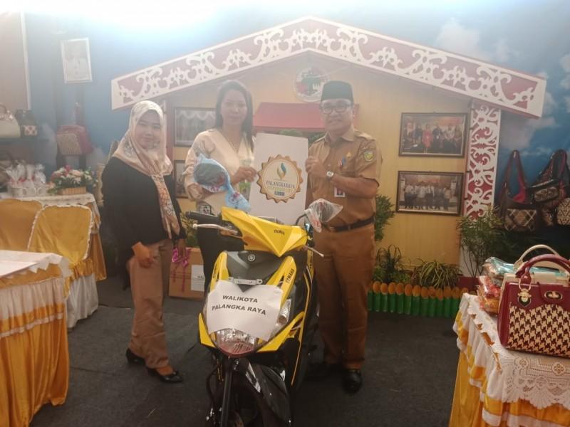 Hadiah sepeda motor persembahan Wali Kota Palangka Raya untuk Palangka Raya Fair.