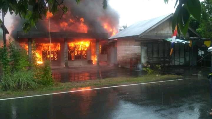 Api saat berkobar melahap bangunan Senin (26/8/2019).