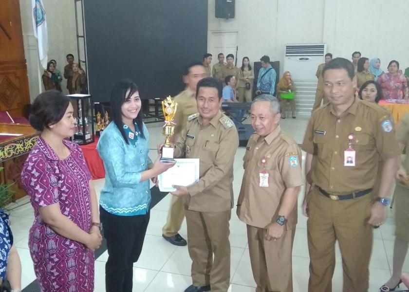 Wabup Mura Rejikinoor saat menyerahkan hadiah kepada peserta yang menjuarai festival tersebut Selasa (27/8/2019).
