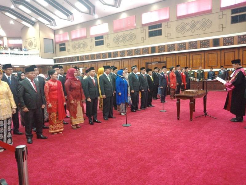 Ketua Pengadilan Tinggi Ka;lteng H Mochamad Hatta saat mengambil sumpah janji 45 orang anggota DPRD Kalteng Rabu (28/8/2019).