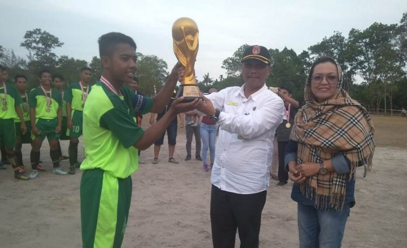 Asisten Pemerintahan Setda Kobar Tengku Ali Syahbana saat menyerahkan tropy piala kepada perwakilan tim Pulang Pisau Rabu (28/8).