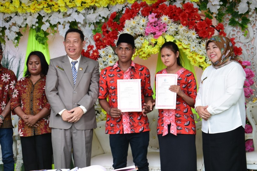 Bupati Kobar Hj Nurhidayah dan Kadisdukcapil Gusti Imansyah saat menghadiri pernikahan masal di Desa Tampayung Kecamatan Kolam, Rabu (28/8).