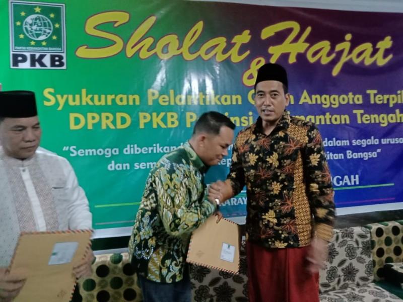 Rahmanto Muhidin saat bersalaman dengan Pengurus DPW PKB Kalteng seusai menerima SK belum lama ini.