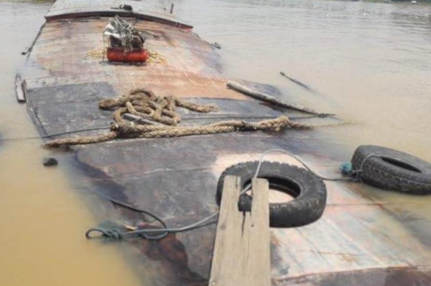 Kapal KM Zahara saat karam di Pelabuhan Pasar Lama Buntok Kamis (29/8).