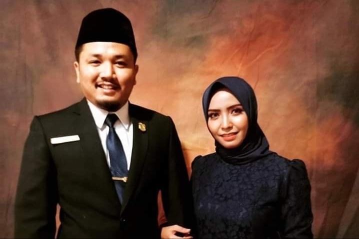 Anggta DPRD Kobar Sudrajat Akbar poto bersama istri.