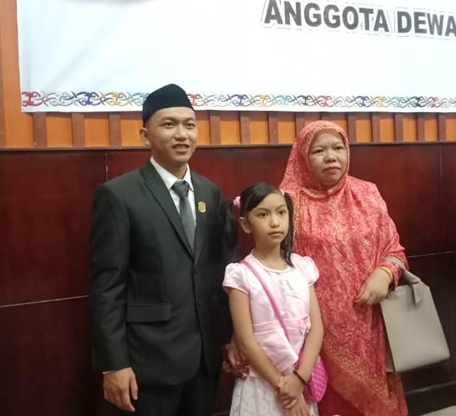 Rahmad Hidayat bersama orang tua dan adiknya seusai dilantik Senin (19/8/2019).