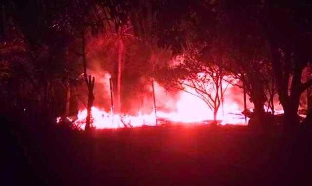 Api saat berkobar membakar bangunan rumah Minggu (18/8) malam.