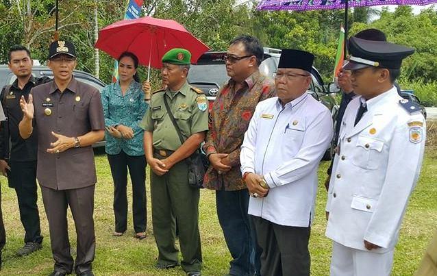 Ketua DPRD Mura Gad F Silam bersama Bupati Mura Perdie M Yoseph saat meninjau salah satu tempat bersama unsur FKPD belum lama ini.