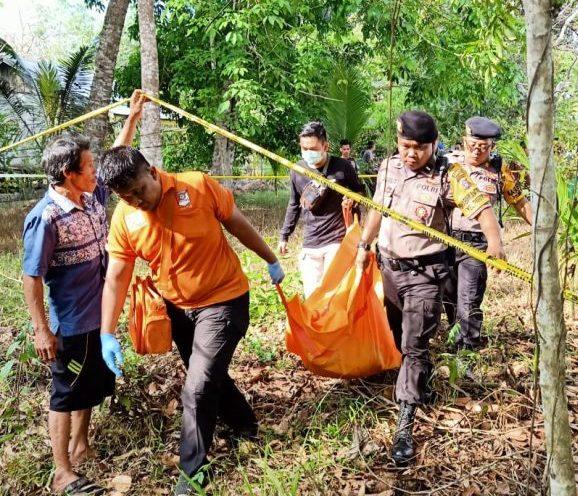 Jasad korban saat dievakuasi anggota Polsek Pahandut seusai ditemukan Kamis (22/8/2019).