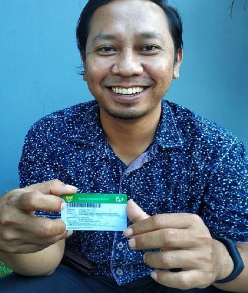 Sukardi karyawan perusahaan yang bekerja sebagai sopir memperlihatkan kartu JKN-KIS miliknya.