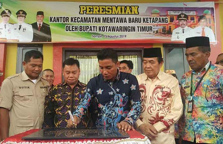 Bupati Kotim Supian Hadi didampingi Wabup Taufik Mukri saat meresmikan Kantor Camat MB Ketapang Kamis (15/8/2019).