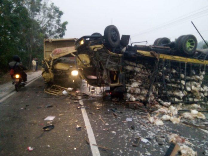 Kedua truk saat berada di lokasi kejadian seusai tabrakan Selasa (13/8/2019).