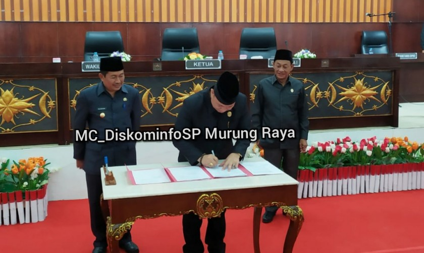 IST Diskominfo Mura - Ketua DPRD Mura Doni SP didampingi Wakil Ketua I Likon dan disaksikan Wabup Rejikinoor saat menandatangani surat pengesahan alat kelangkapan dewan dan tatib saat digelar paripurna Rabu (18/9/2019).