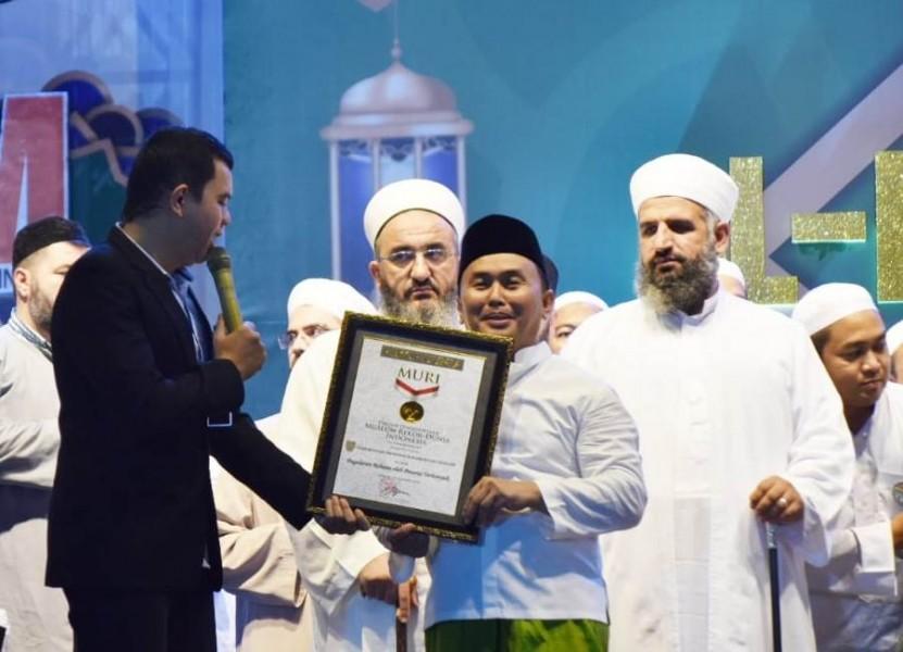 Gubernur Kalteng Sugianto Sabran saat menerima piagam penghargaan rekor MURI Sabtu (28/9/2019) malam.