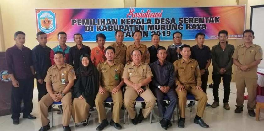 Camat Murung Banjang Jalin saat poto bersama dengan aparatur desa dan DPMD Mura seusai kegiatan sosialisasi Pilkades Serentak belum lama ini.