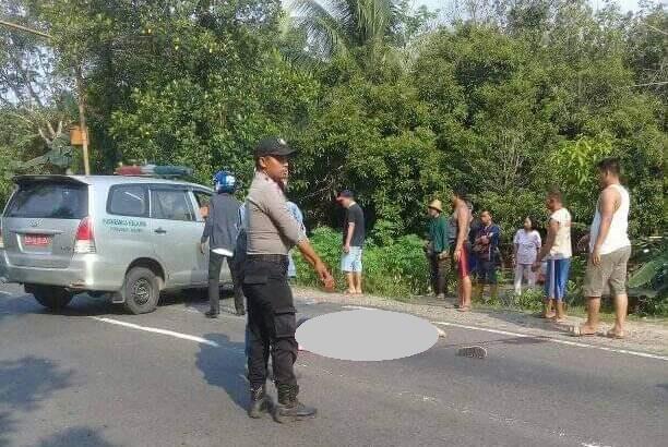 IST- Anggota polisi saat berada di lokasi kejadian bersama warga Sabtu (28/9/2019).
