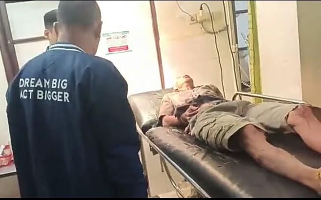 Pelaku saat meringis kesakitan usai didor polisi ketika mendapat perawatan di RS Bhayangkara Polda Kalteng Selasa (17/9) malam.
