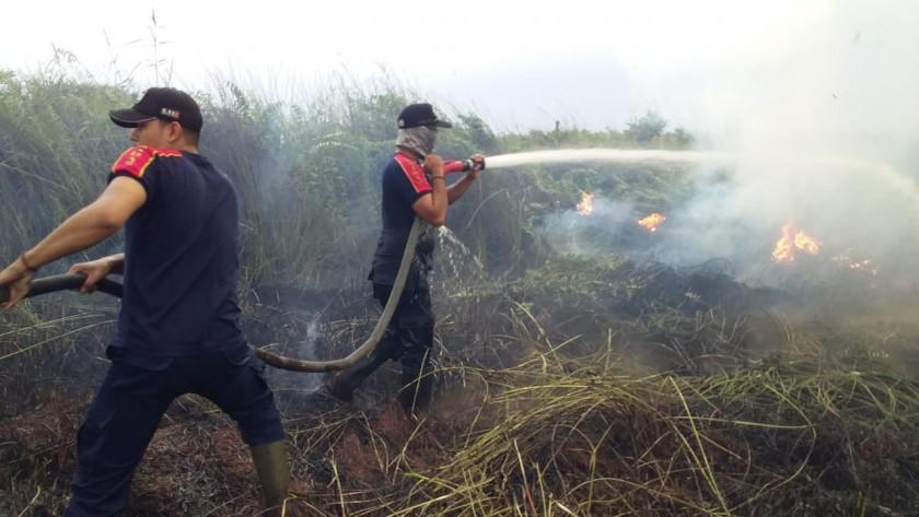 Tim Satgas Karhutla Kobar saat melakukan pemadaman api di lokasi kejadian Sabtu (31/8) sore.