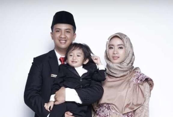 Anggota DPRD Kobar Rizky saat poto bersama anak dan istrinya.