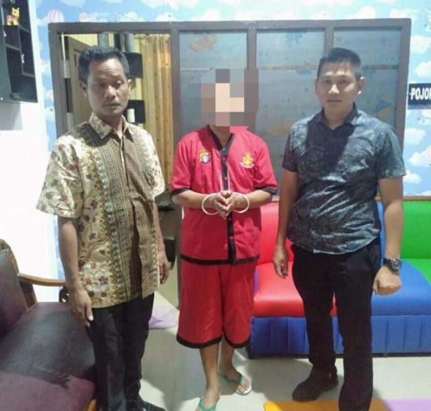 Oknum dosen berinisial PS saat dijebloskan ke ruang tahanan Mapolda Kalteng, Minggu (1/9).