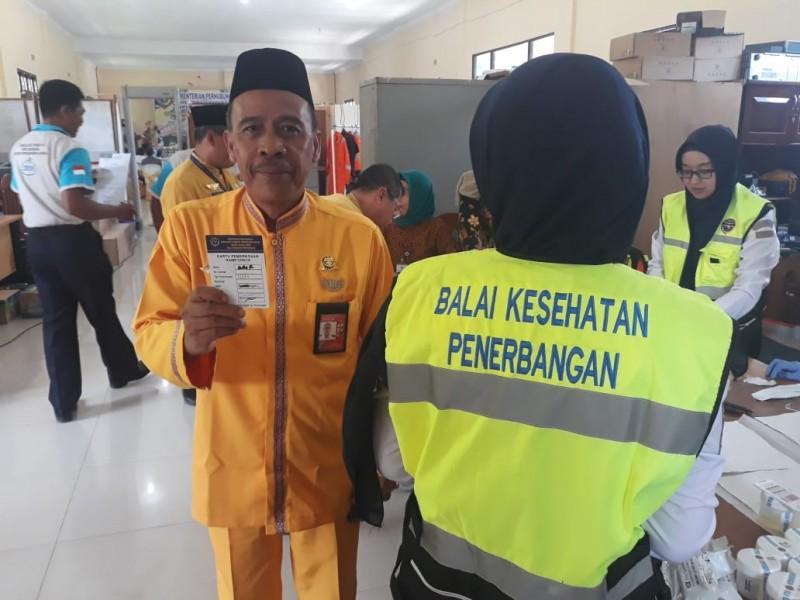 Kabandara Iskandar Zuber saat memperlihatkan kartu pemeriksaan keamanan bandara Selasa (3/9/2019).