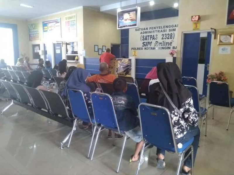 Warga Kobar yang  memohon pembuatan SIM ketika berada di Kantor Satlantas Polres Kobar Rabu (4/9/2019).