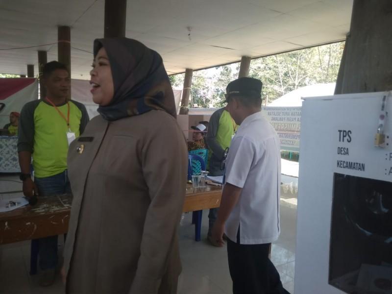 Bupati Kobar Hj Nurhidayah saat mengunjungi salah satu TPS saat memantau pemungutan suara sejumlah desa Rabu (4/9).