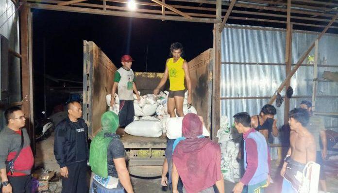 Anggota Polres Katingan dibantu warga saat mengamankan barbuk pasir zirkon ketika menggerebek gudang penampung Selasa (3/9) malam lalu.