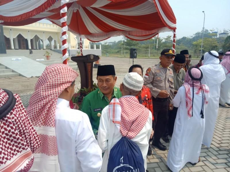 Wabup Mura Rejikinoor saat menyambut kedatangan para jemaah haji Mura Kamis (5/9/2019).