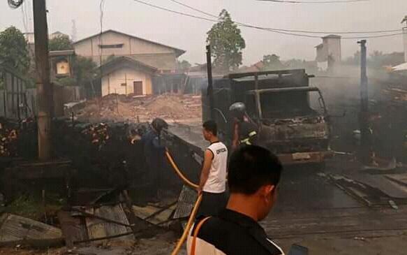 Petugas Damkar Kotim saat melakukan pemadaman api di lokasi kejadian Kamis (5/9/2019).