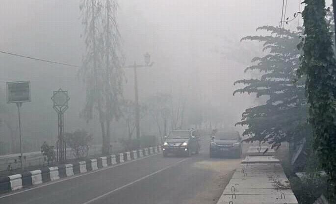Suasana ruas jalan dalam Kota Sampit saat diselimuti kabut asap Jumat (6/9/2019).
