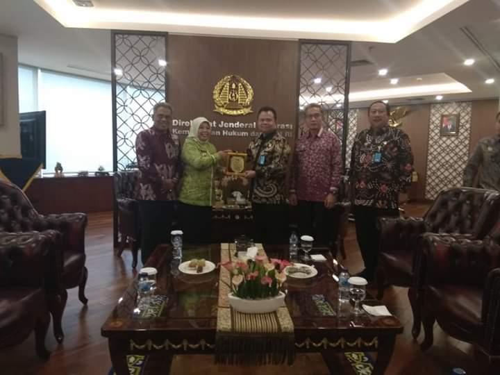 Bupati Kobar Hj Nurhidayah saat memberikan cenderamata ketika berkunjung ke Kantor Dirjen Imigrasi Kemenkumham RI Jumat (6/9).