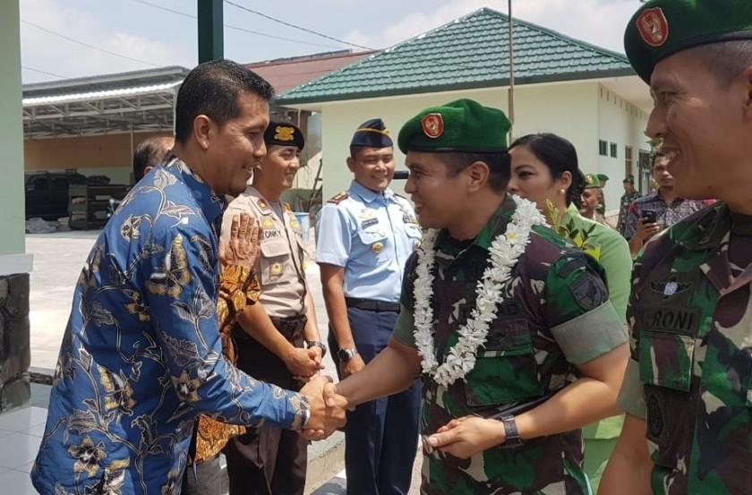 Anggota DPRD Kobar Tuslam Amirudin saat bersalaman dengan Dandim baru Letkol Inf Yudi Rianto Jumat (7/9/2019).