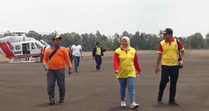 Bupati Kobar Hj Nurhidayah saat berada di Bandara Iskandar ketika hendak meninjau kawasan TNTP, Minggu (8/9).