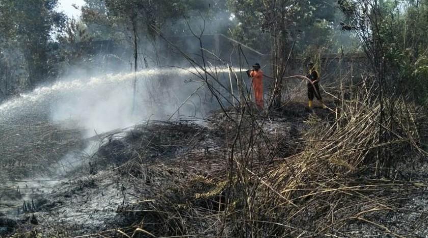 Petugas BPBD Kotim saat melakukan pemadaman api di lokasi kebakaran yang berada tak jauh dari pemukiman penduduk baru-baru ini.