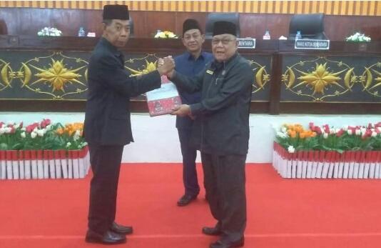 Ketua DPRD Mura Gad F Silam saat serah terima ketika mengelar rapat paripurna Senin (9/9/2019).