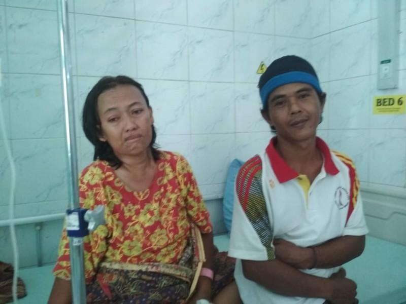 Watini bersama suaminya ketika berada di ruang perawatan RSUD Doris Sylvanus Palangka Raya Selasa (10/9).