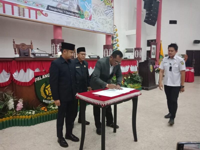 Ketua DPRD Kota Palangka Raya Sigit K Yunianto saat menandatangani surat penetapannya di Gedung DPRD Kota Palangka Raya Rabu (11/9/2019).