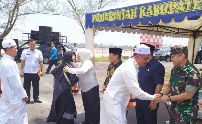 Bupati Kobar Hj Nurhidayah saat menyambut kedatangan jemaah haji di Bandara Iskandar Rabu (11/9/2019).