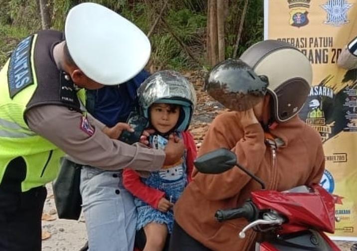 Anggota Satlantas Kobar saat mengenakan helm saat giat terakhir operasi patuh Rabu (11/9/2019).