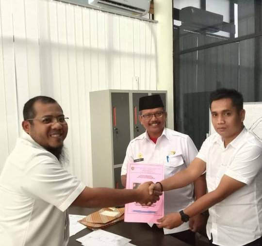 Kades Tehang Noval didampingi Camat Parenggean Siyono saat menyerahkan profosal pengajuan pasokan listrik ke Desa Tehang kepada Manager RUP2K PT PLN Kalteng Teguh Aang Harmadi.