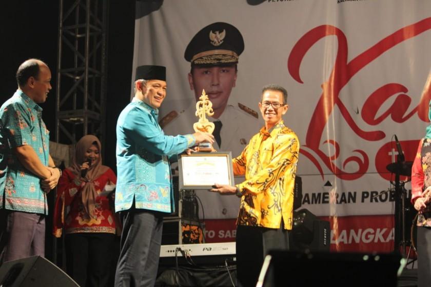 Sekda Kalteng Fahrizal Fitri saat memberikan trophy dan piagam penghargaan kepada panitia saat menutup KTE 2019 Rabu (11/9/2019).