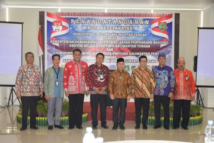 Gubernur Kalteng Sugianto Sabran dan pihak BPN serta sejumlah pejabat lainnya saat poto bersama seusai penandatangan kesepakatan Kamis (12/9/2019).