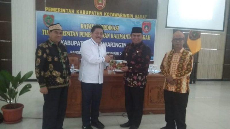Wabup Kobar Ahmadi Riansyah saat menyerahkan cenderamata seusai rakor Kamis (12/9/2019).
