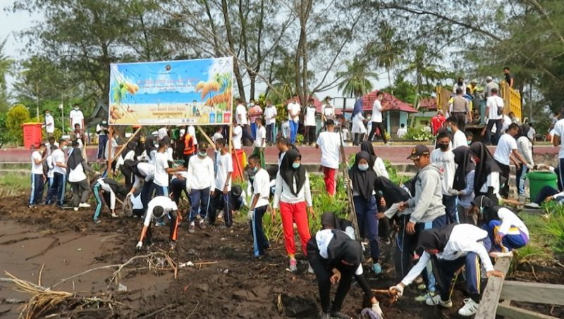 Petugas KSOP Kumai dan pelajar serta instansi terkait saat membersihkan pantai Kubu Kamis (11/9/2019).
