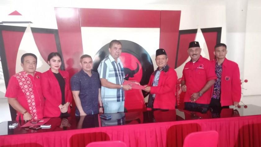 Dua petinggi Partai Demokrat Kalteng saat menerima formulir pendaftaran di Kantor DPD PDIP Kalteng Jumat (13/9/2019).